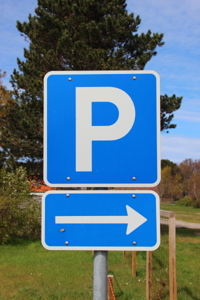blue parkinglot sign with right arrow