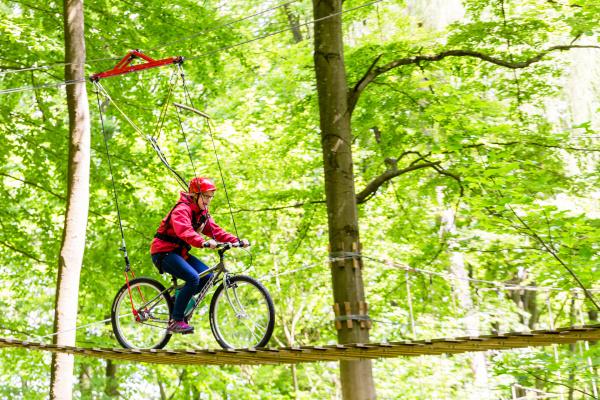 maedchen faehrt fahrrad auf plattform im
