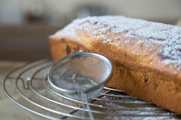 apply icing sugar to marble cake