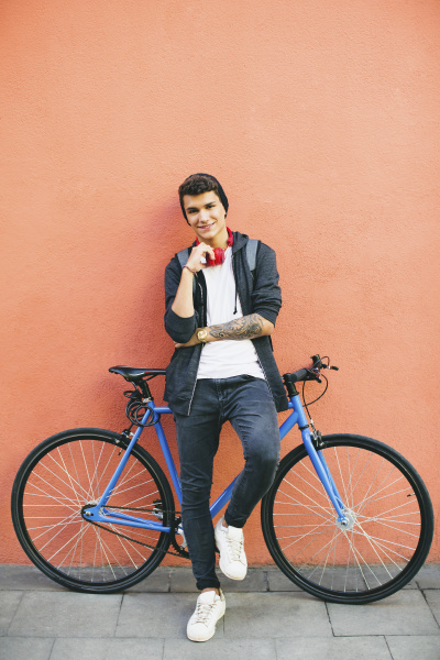 teenager with a fixie bike smiling