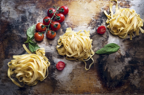 tagliatelle tomatoes and basil