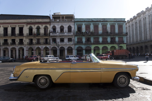 old car outside the capitolio