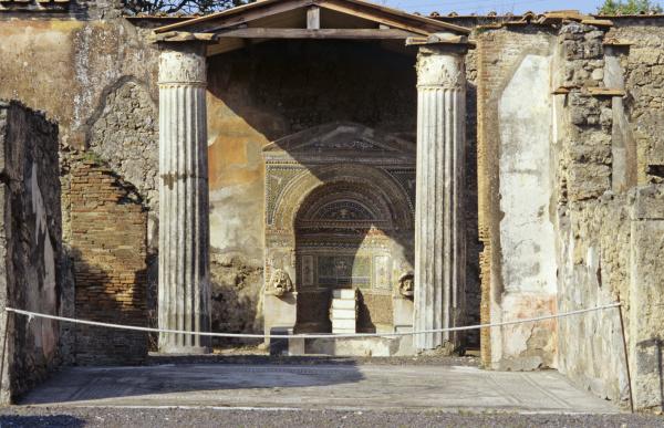 fountain niche in the casa della