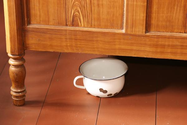 night pot pisspott under wooden bed