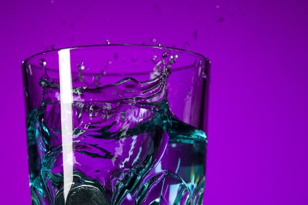 the water splashing in glass on