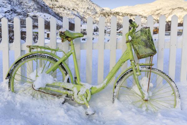green bike in the snow ledingen