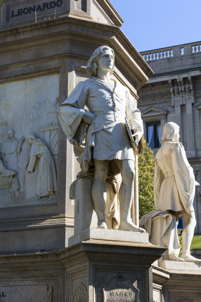 statue of leonardo da vinci at