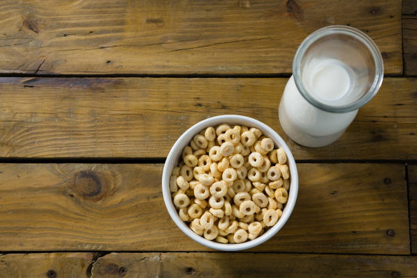 cereal rings and milk on wooden