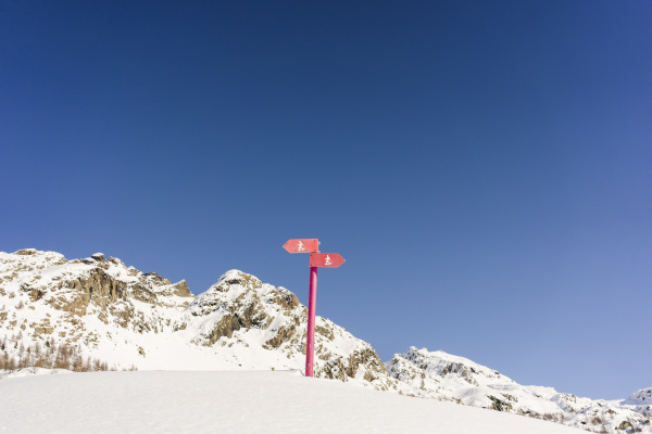 signs for snowshoe trails valmalenco