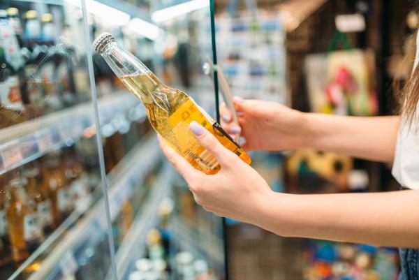 female, buyer, choosing, a, beer, in - 28077979