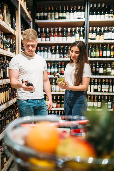 young, couple, looking, for, wine, in - 28077738