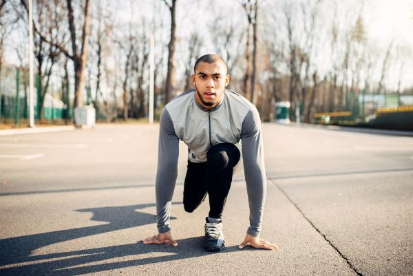 male, athlete, prepares, to, run, in - 28078085