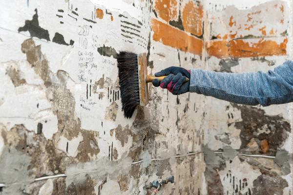 hand, with, brush, applying, primer, on - 28238702