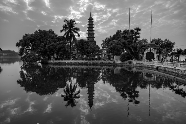 the tran quoc pagode in hanoi
