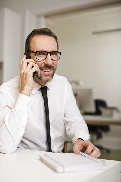 businessman, talking, on, the, phone, at - 29118287