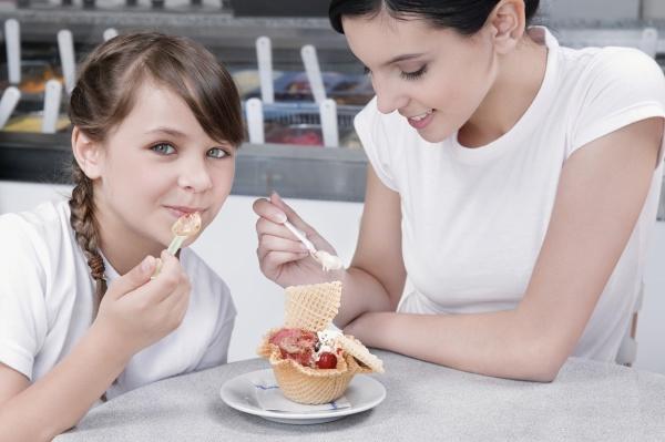 girl and a teenage girl eating