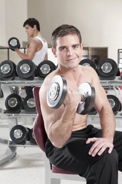 men lifting weight at gym