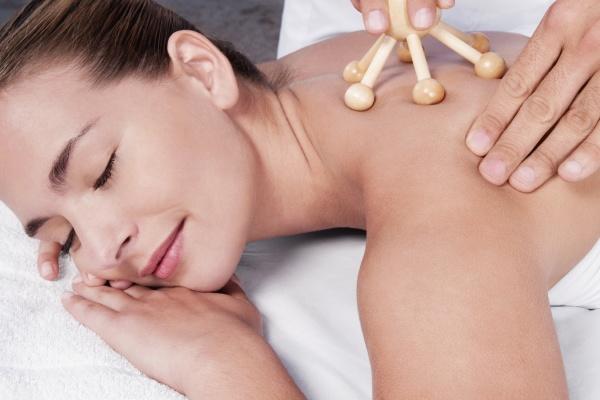 woman receiving acupressure treatment