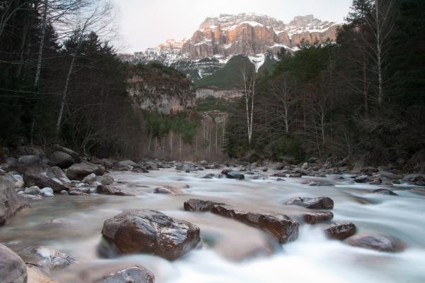 ara river and mondarruego cliff in