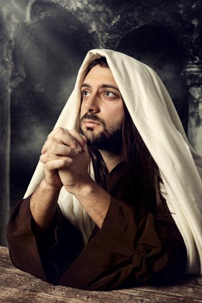jesus praying and looking up to