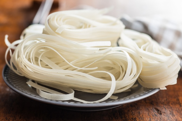 dried white rice noodles raw pasta