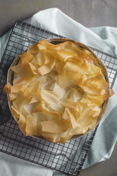 spanakopita puff pastry pie with spinach