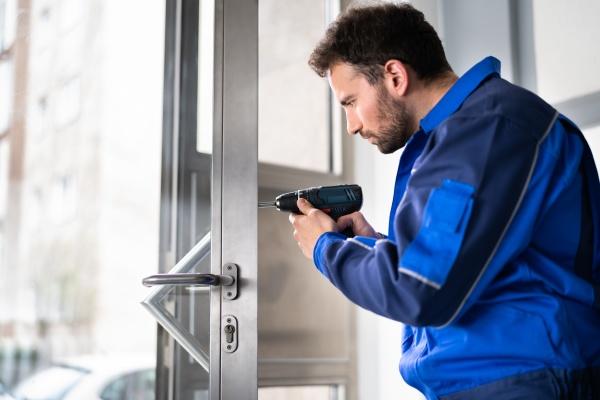 locksmith man repairing