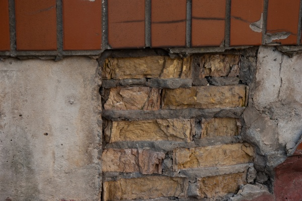 rough rimmed wall with concrete bricks