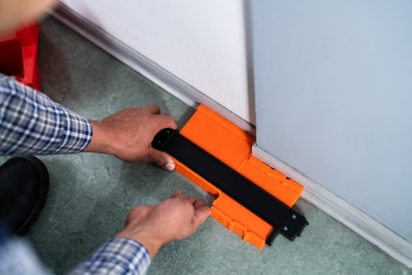 handyman using contour gauge tool