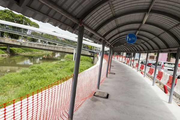 walk between construction sites and boundaries