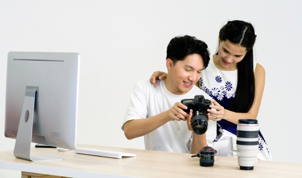 asian photographer allow model to view