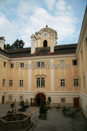 schloss rosenau courtyard