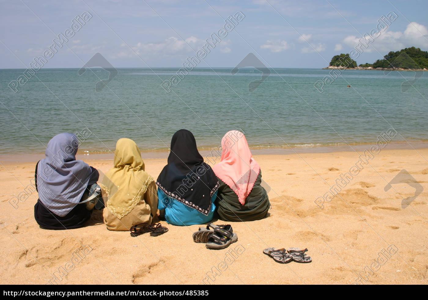 muslim, women, on, the, beach - 485385