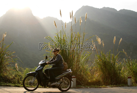 woman, on, scooter, in, front, of - 567741