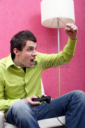young, man, playing, a, computergame - 592795