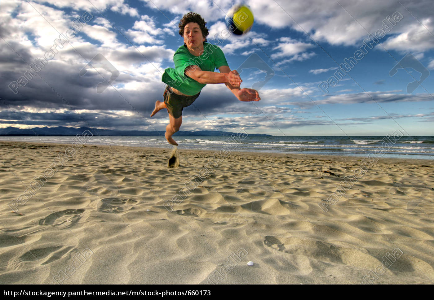 man, is, playing, beach, volleyball - 660173