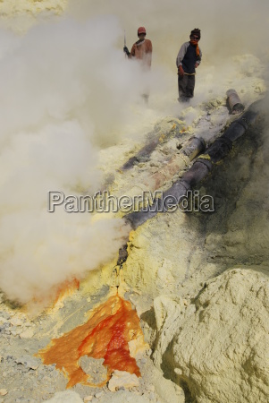 sulfur, mining, on, the, ijen, plateau - 673534