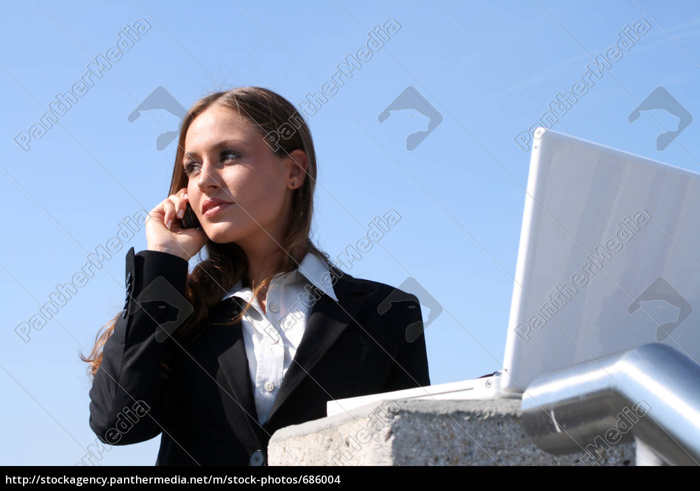 working, outdoors - 686004