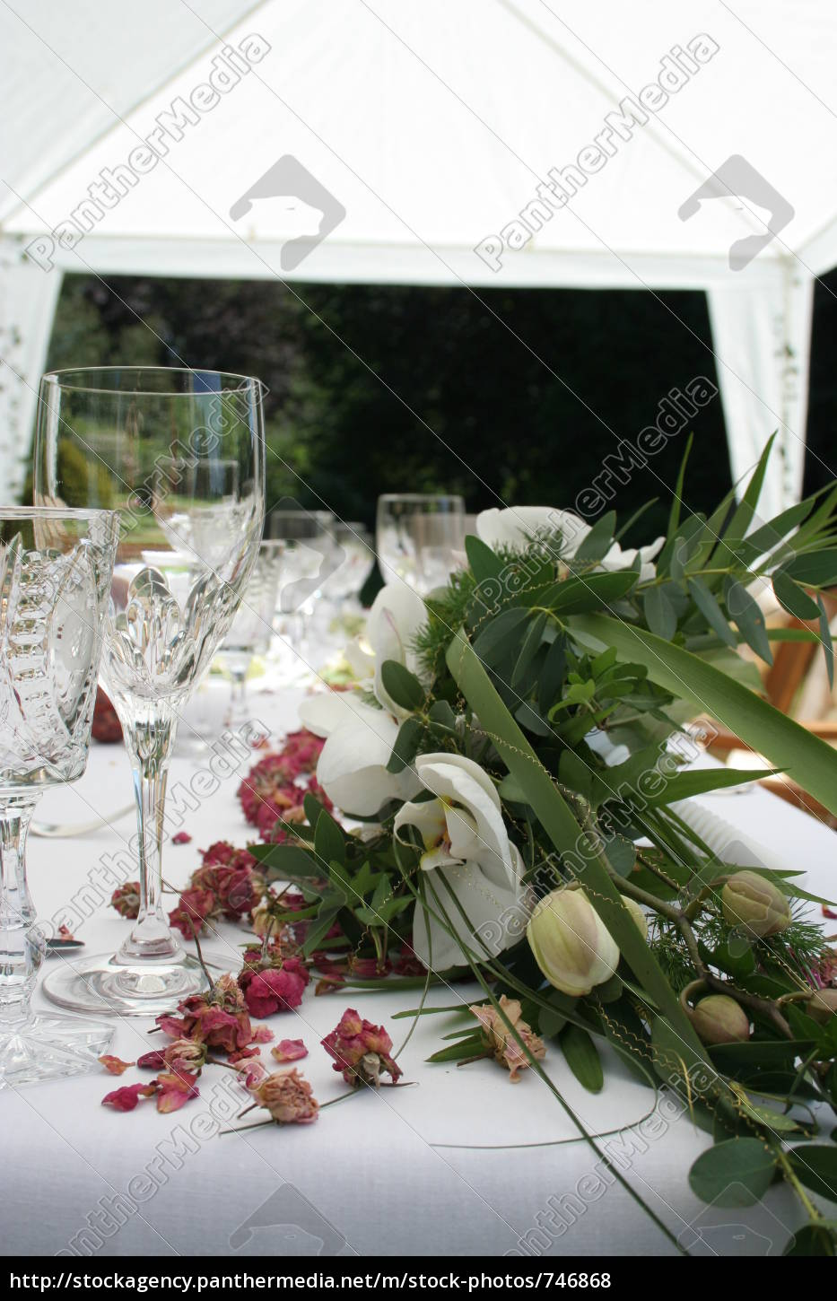 covered, table, in, the, garden - 746868