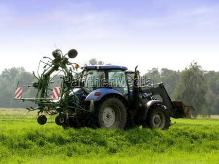 blue, tractor, on, the, field - 774603