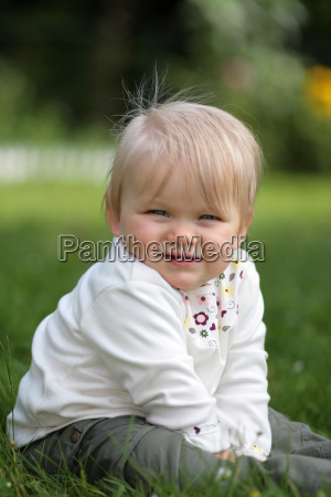 baby, posing, in, the, meadow - 822399