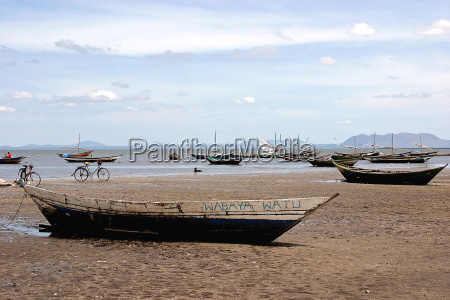 fishing, boat, on, lake, victoria - 1009687