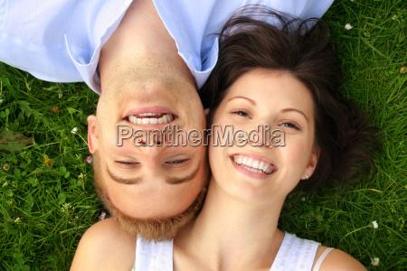 pareja de risa feliz
