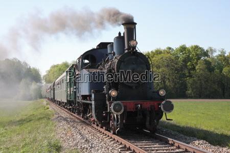 viejo tren de vapor acercandose