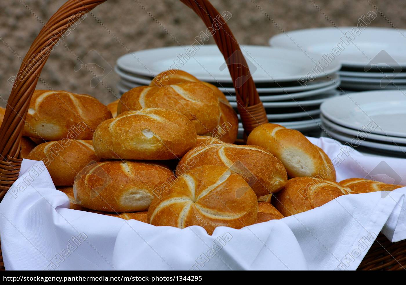 buns, in, basket, with, plates - 1344295
