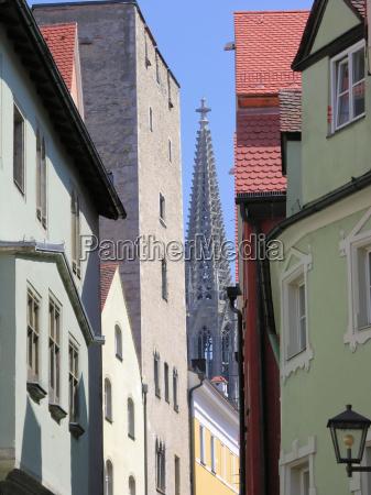 dom regensburg between houses