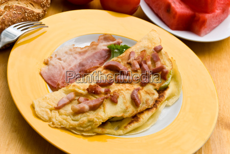 omelet with thin bacon bacon croissant