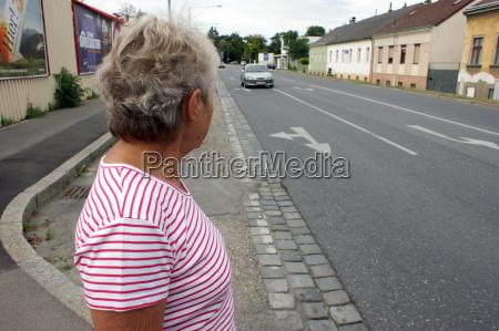 en gammel kone venter pa at