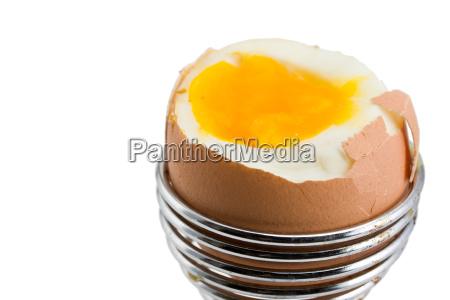 braunes ei in einem eierbecher auf