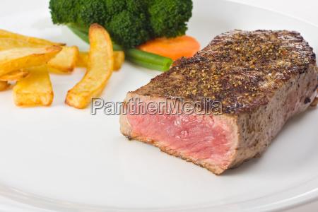 gegrilltes steak auf einem teller mit